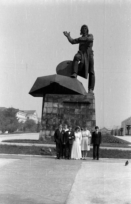 У памятника танкистам