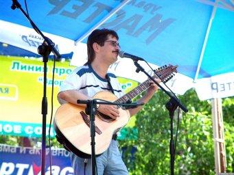 Виктор Третьяков выступает на сцене Ильменского фестиваля