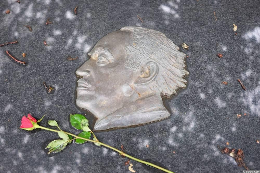 Могила Александра Галича на кладбище Сент-Женевьев-де-Буа, фрагмент