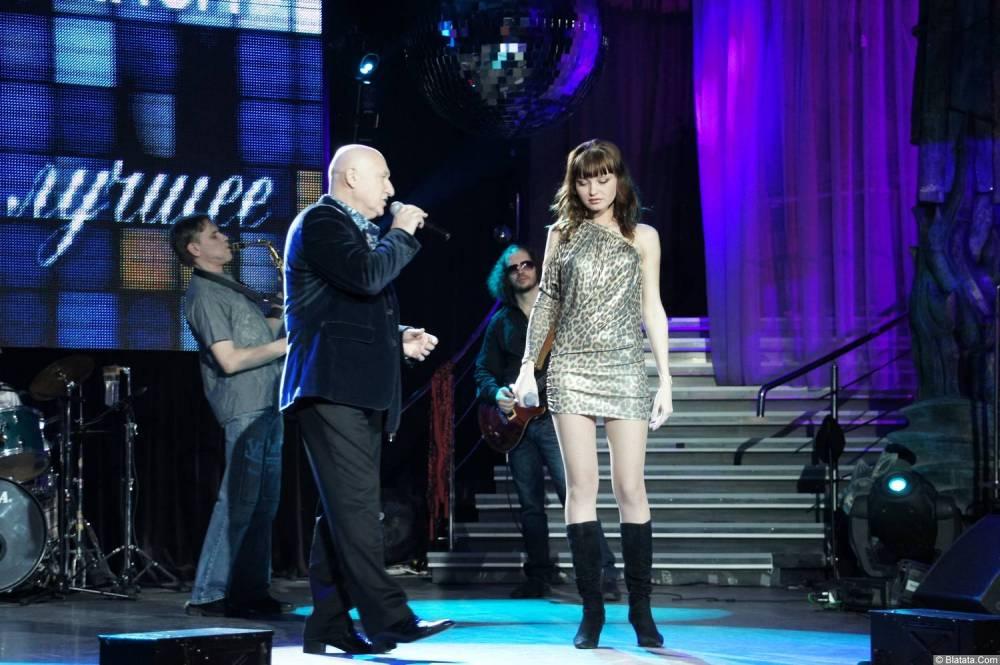 Аркадий Соловейчик выстпает с юной певицей на концерте 2013 года