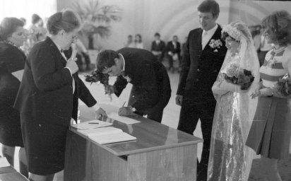 Свидетель в ЗАГСе ставит подпись
