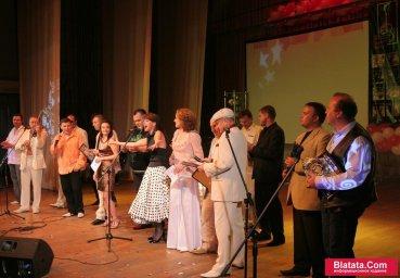 Татьяна Кабанова на сцене фестиваля шансона с другими участниками