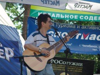 Виктор Третьяков на сцене поёт