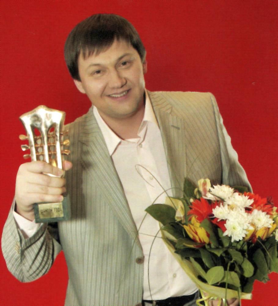 Игорь Слуцкий со статуэткой Шансон года