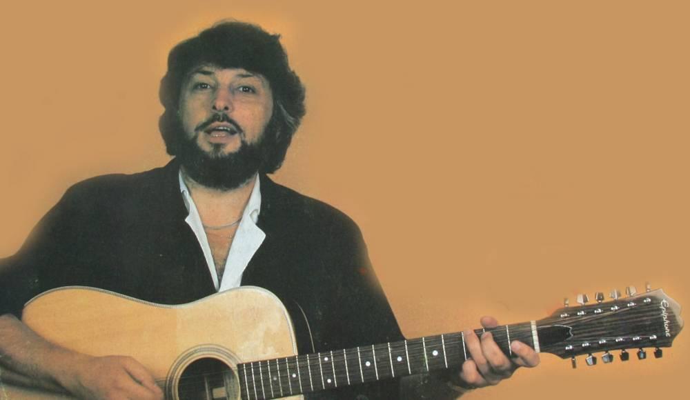 Вячеслав Добрынин с гитарой