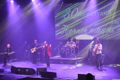 Евгений Любимцев на концерте Новое и лучшее 30 ноября 2015 года в красном пиджаке