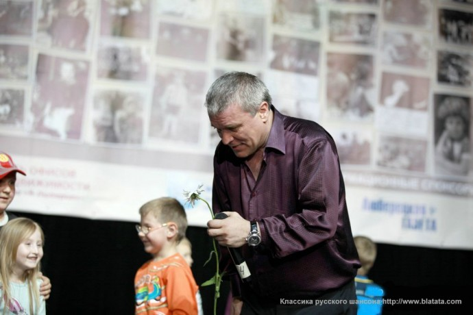 Александр Дюмин с цветком