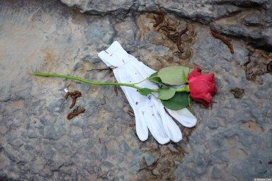 Перчатка и роза на кладбище Сент-Женевьев-де-Буа