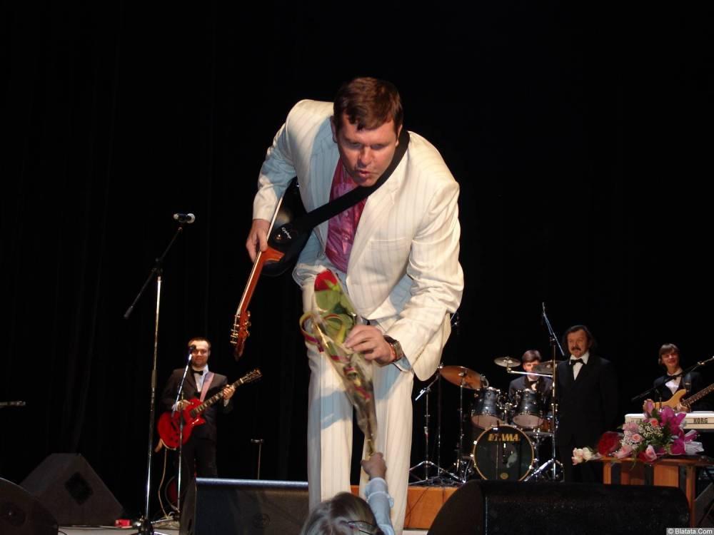 Александр Новиков на сцене с цветами