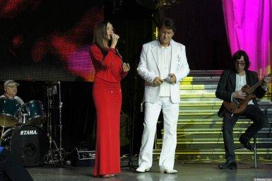 Владимир Черняков с певицей на концерте Новое и лучшее 17 февраля 2015 года