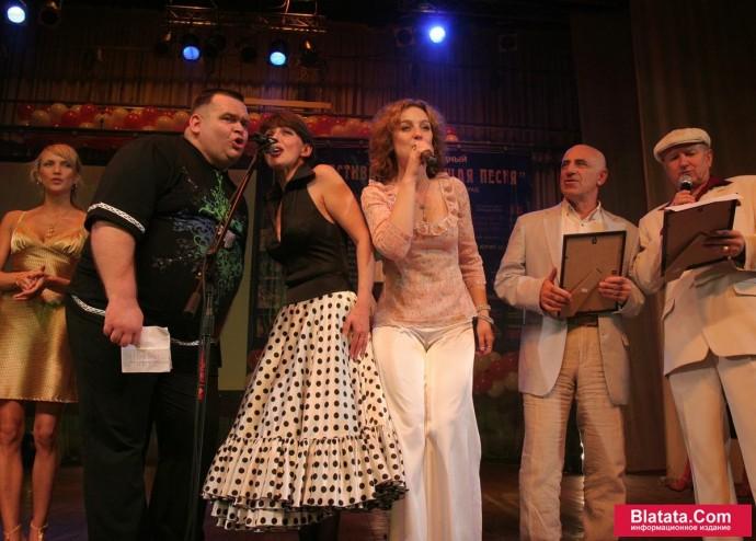 Татьяна Кабанова поет дуэтом на сцене фестиваля шансона