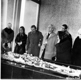 Прощание у гроба с Аркадием Северным в зале крематория в Ленинграде