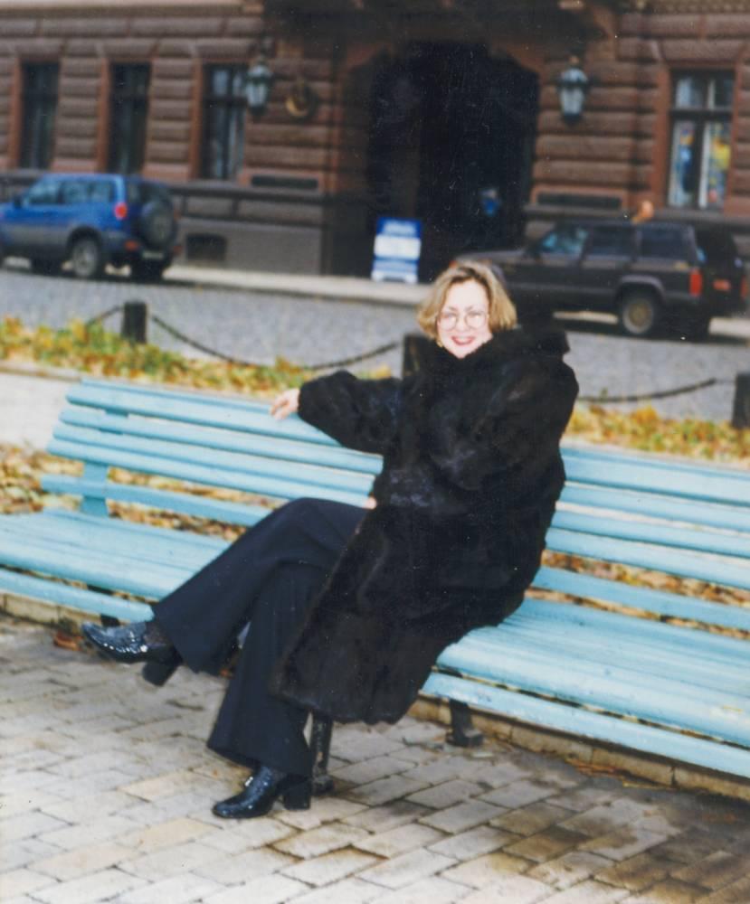 Катенька Дроздовская на лавочке