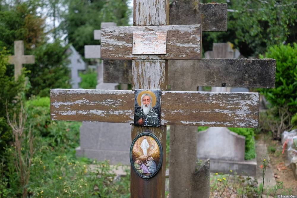 Крест на кладбище Сент-Женевьев-де-Буа