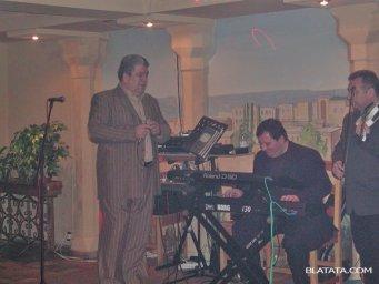 Бока Давидян с микрофоном на сцене с музыкантом