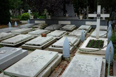 Могилы военных на кладбище Сент-Женевьев-де-Буа