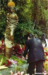 Вилли Токарев на могиле Владимира Высоцкого 6