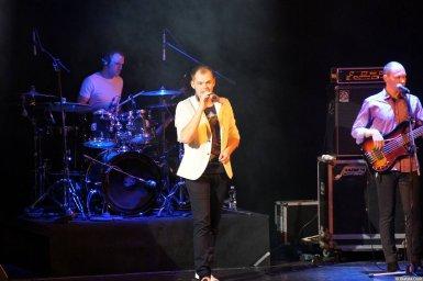 Алексей Брянцев в белом пиджаке на концерте 16 декабря 2014 года