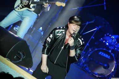 Виктор Королев на концерте 10 ноября 2015 года с микрофоном