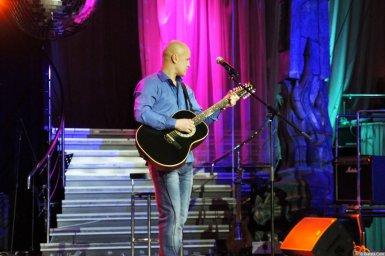Анатолий Топыркин с гитарой на концерте Новое и лучшее 17 февраля 2015 года