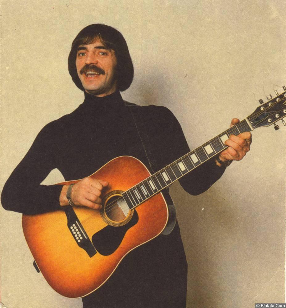 Михаил Боярский с гитарой