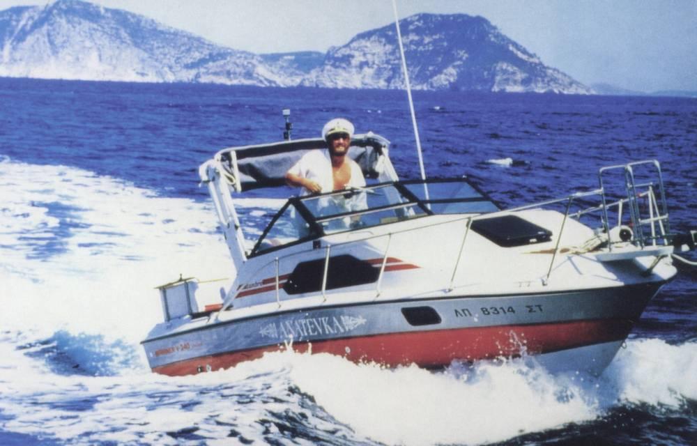 Ivan Rebroff управляет яхтой