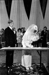 Невеста расписывается. Фото сделано в 1976 году