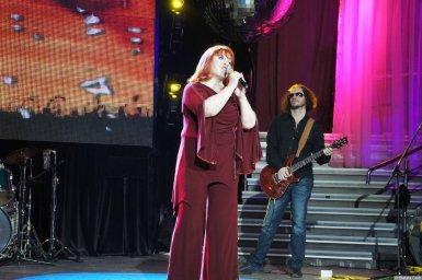 Олеся Атланова с микрофоном на концерте 2013 года