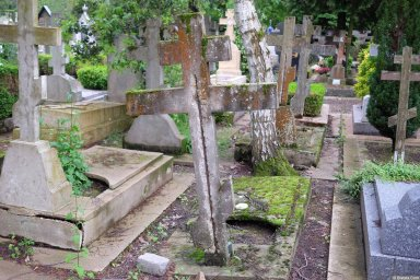 Вил на кресты на кладбище Сент-Женевьев-де-Буа