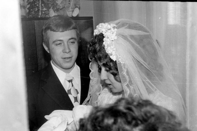 Невеста и жених 1975 год. Будущая пара приехала в ЗАГС