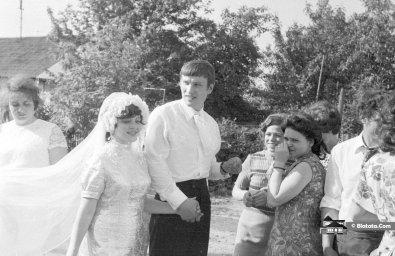 Жених с невестой прогуливаются по советской деревне