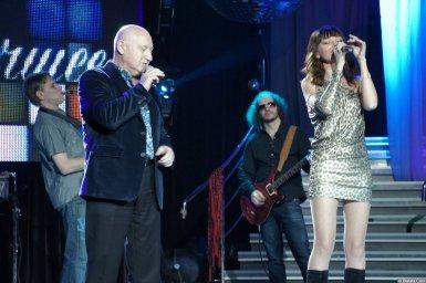 Аркадий Соловейчик с молодой певицей на концерте 2013 года