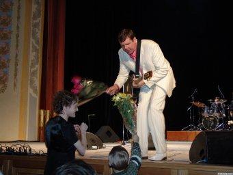 Александру Новикову дарят цветы