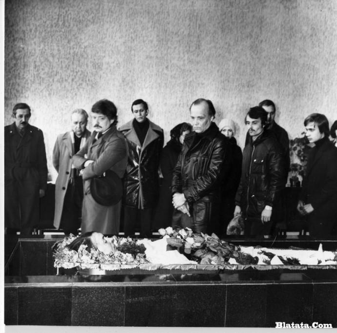 Прощание с Аркадием Северным в зале крематория у гроба в Ленинграде