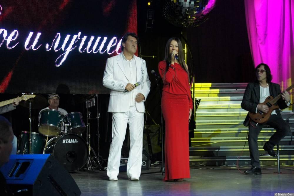Владимир Черняков с женщиной в красном на концерте Новое и лучшее 17 февраля 2015 года